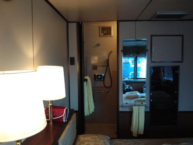 トワイライトエクスプレス1号車1番展望スイート室内 シャワー室扉横の鏡と空調等の操作パネル