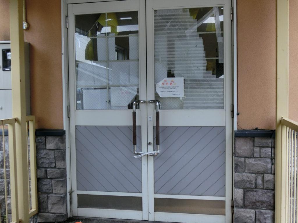 夕張駅ホームから直通の駅舎扉は閉鎖