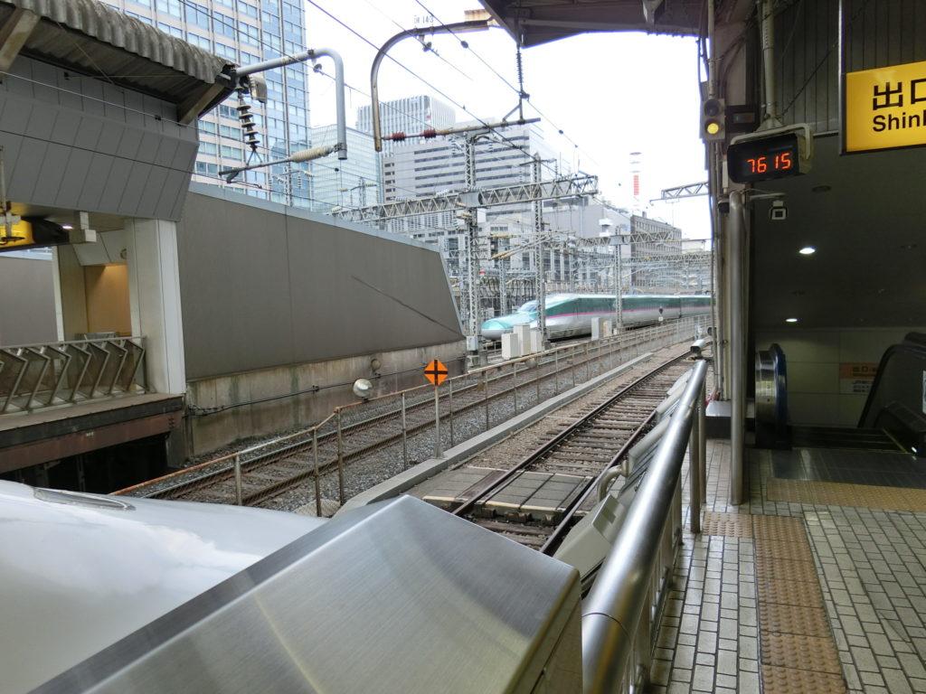 東京駅14・15番線ホームから14番線の終端を見る
