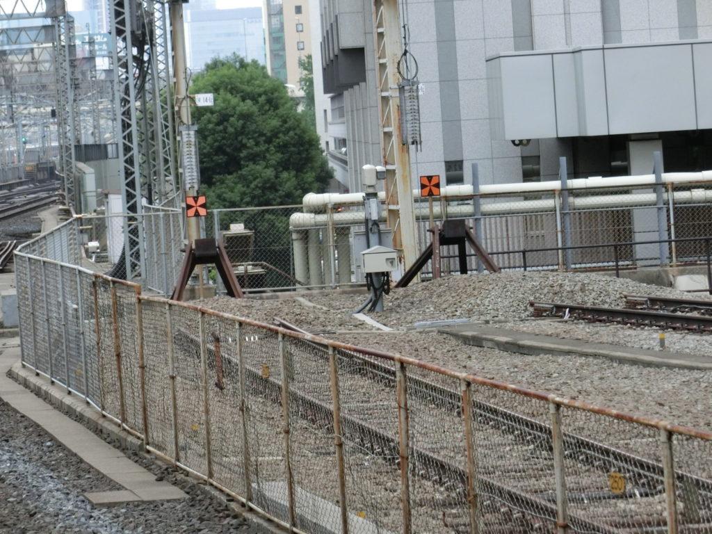 東京駅22・23番線ホームから見る14・15番線の終端の車止め