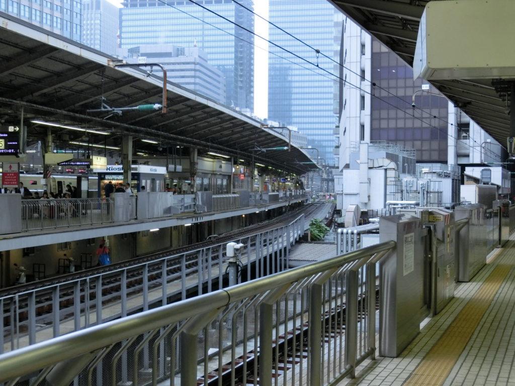 東京駅16番線ホームから15番線を見る