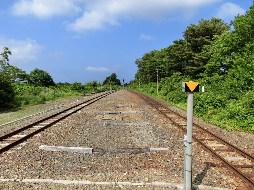 津軽線・三厩駅ホームから青森・蟹田方面を眺める