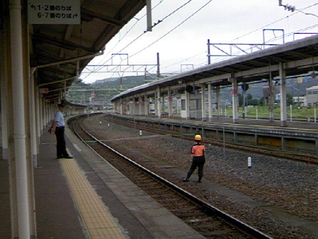 敦賀駅で寝台特急「日本海」の到着を待つ
