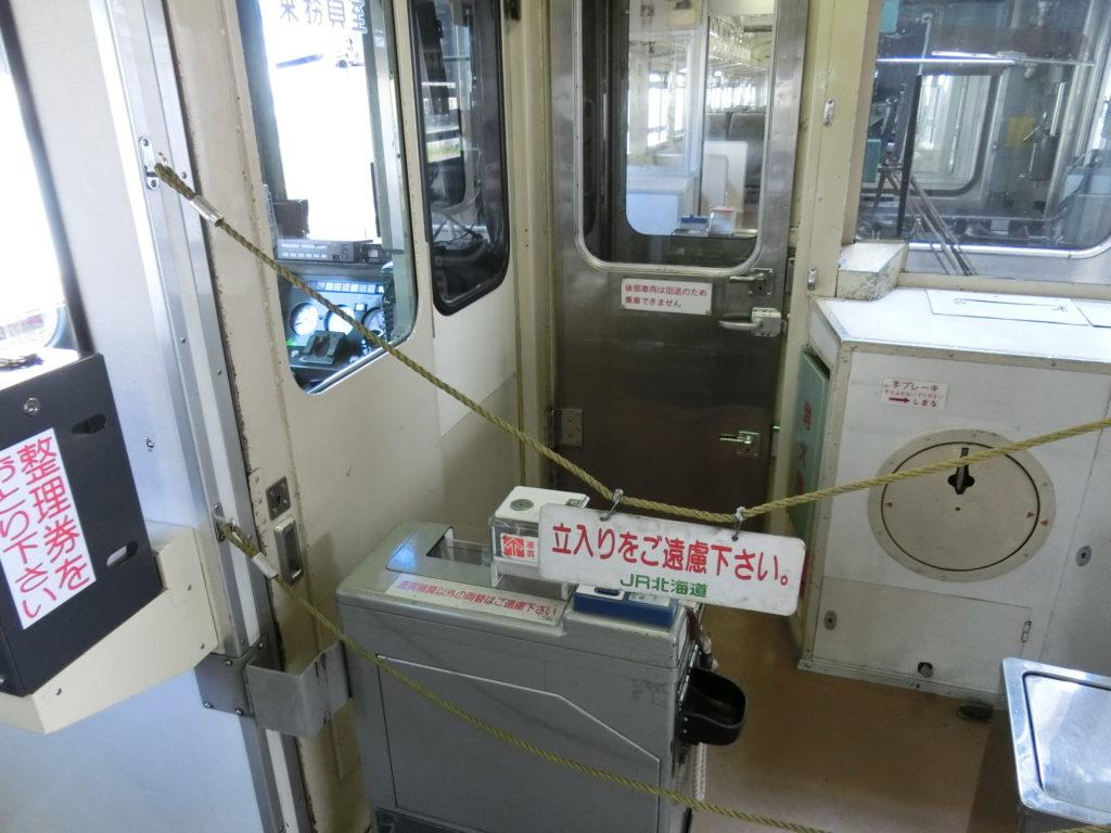 留萌本線の列車 2両編成のうち1両は回送のため乗車できず