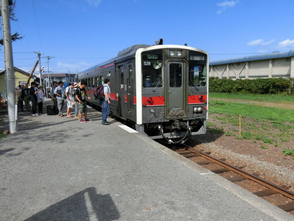 増毛駅ホーム 廃止前ということで乗客がいっぱい