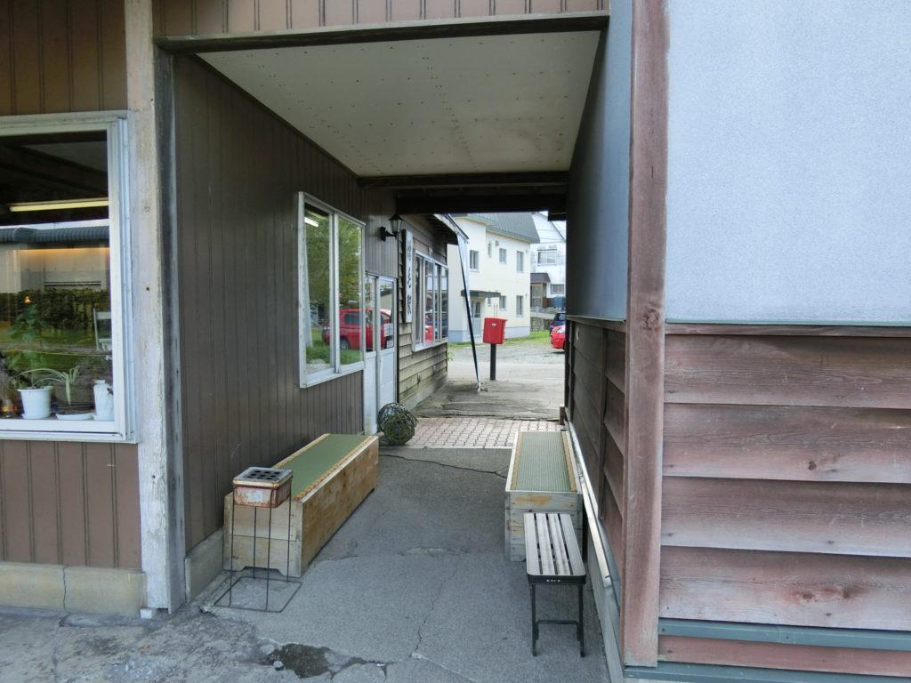 増毛駅駅舎の畳のベンチ