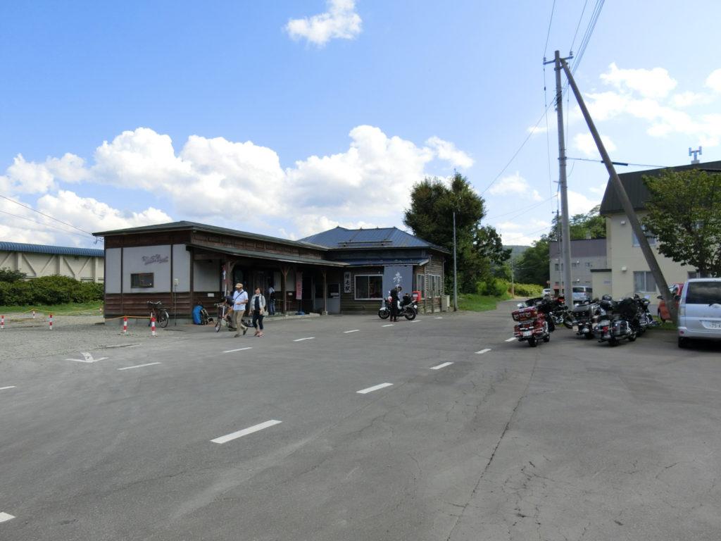 増毛駅駅舎 バイク(ハーレー)が数台停まっている