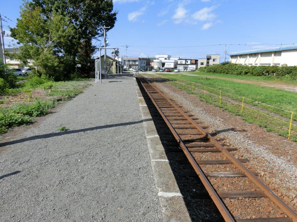 増毛駅ホーム 列車発車後のホームは誰もいない