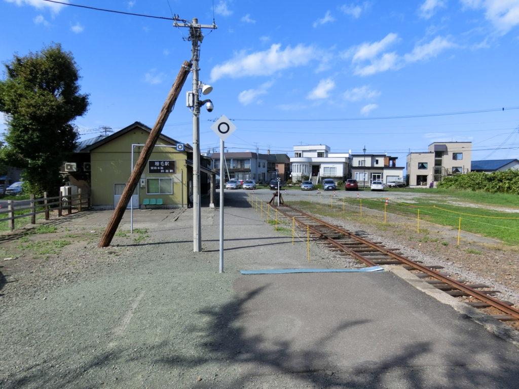 増毛駅ホーム 前に駅舎が見える