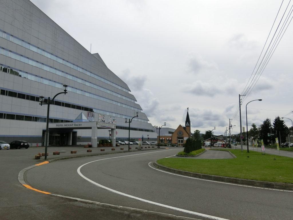 夕張駅周辺の様子、左の建物はホテルマウントレースイ