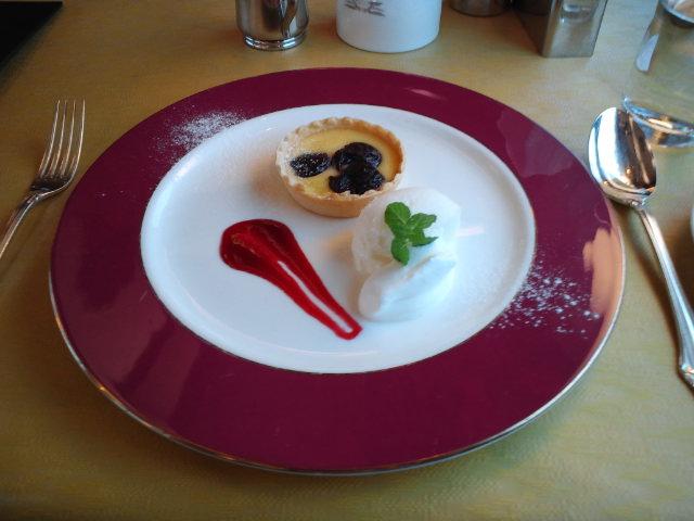 札幌発トワイライトエクスプレス ティータイムのデザート ダークチェリーのタルトとアイスクリーム