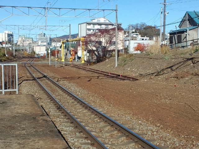 南小樽駅ホームから旧手宮線の線路を眺める