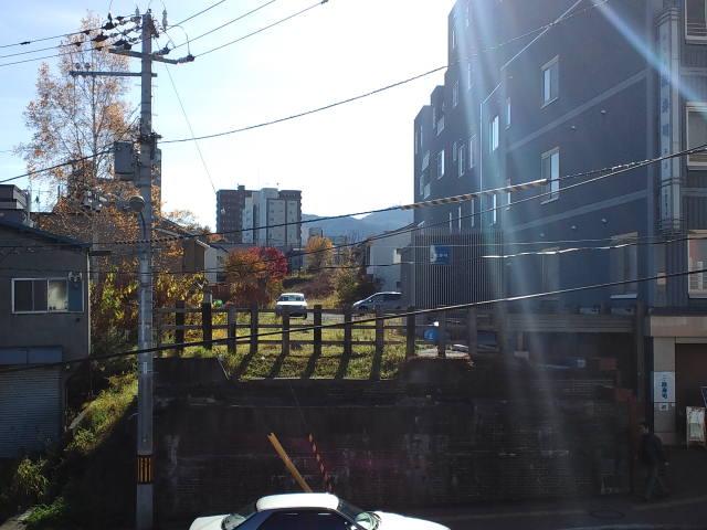 旧手宮線跡に車が駐車している