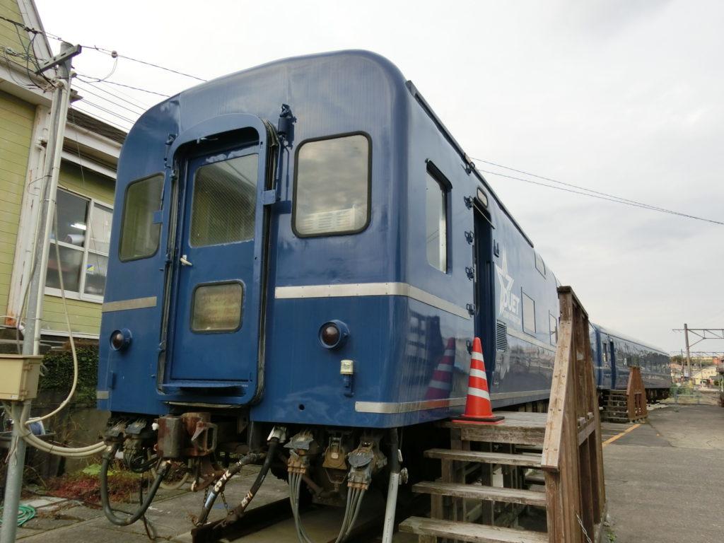 阿久根駅前のオハネフ25-2209とオハネフ25-206)
