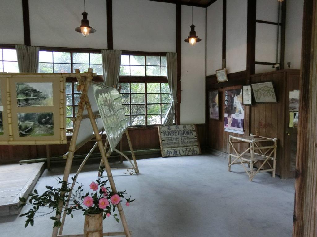 嘉例川駅舎 駅務室 古い駅名標など、さまざまな展示品がある