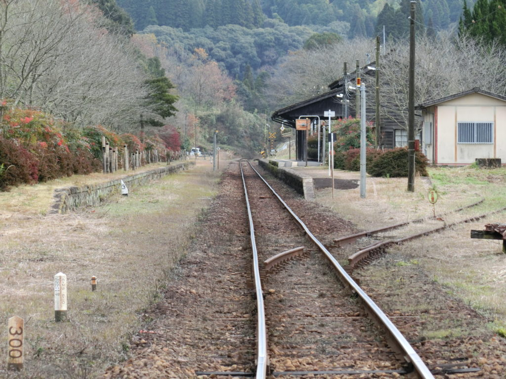 踏切から嘉例川駅ホームを眺める 左側に使われなくなったホーム 引き込み線のポイントは一部切断されている
