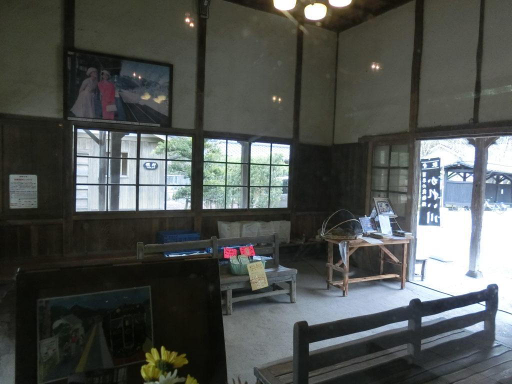 嘉例川駅舎内の待合室の一角で駅弁が販売されている