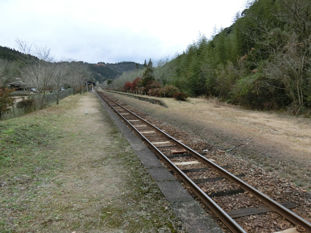 嘉例川駅ホーム隼人方面終端より駅舎を眺める