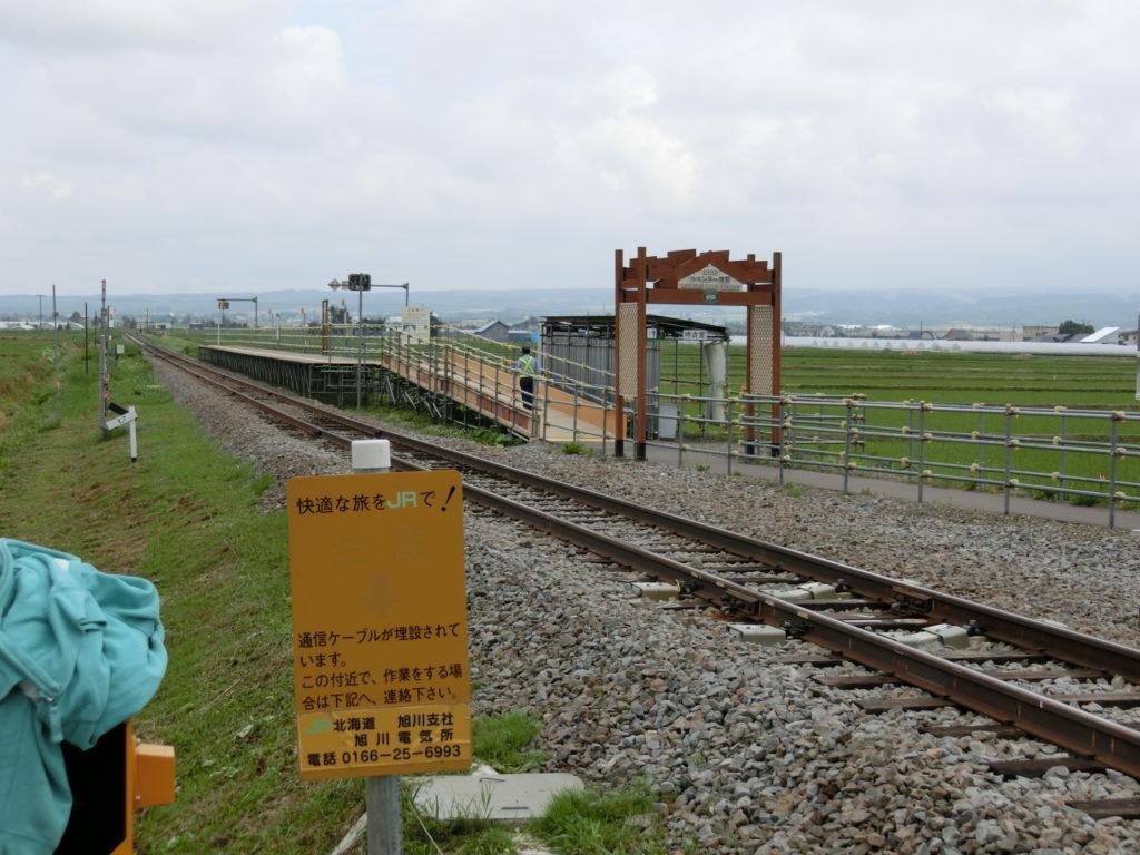 ラベンダー畑駅の外観